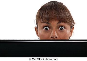femme, elle, sur, regarder, yeux écarquillés, ordinateur...