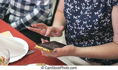 femme, elle, téléphone portable, tenant mains