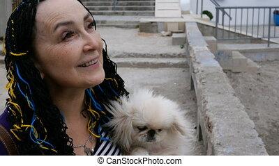femme, elle, tient, chien, arms., personne agee,...