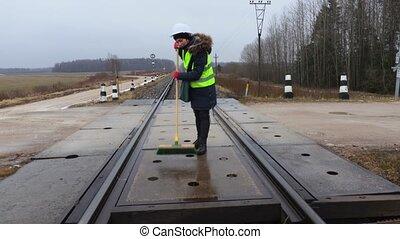 femme, employé, brosse, propre, croisement, ferroviaire