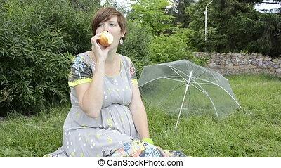 femme enceinte, pomme mangeant, séance