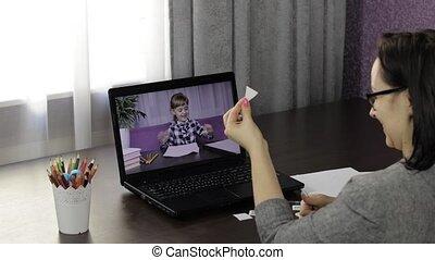 femme, enfants, education, appeler, vidéo, distance, marques, ordinateur portable, prof, pupil.