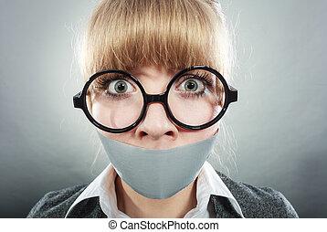 femme, enregistré, effrayé, censorship., bouche, shut.