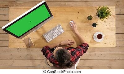 femme, enthousiaste, surpris, maquette, computer., jeune, séance, display., vert, écran, devant