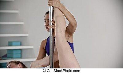 femme, entraîneur, jeune, elle, formation, étirage jambe