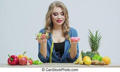 femme, entre, foods., marques, choix, sain, nuisible