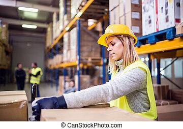 femme, entrepôt, ouvrier, chargement, boxes.