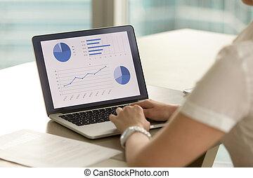 femme, entrepreneur, examine, financier, résultats