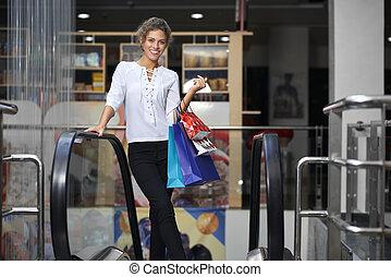 femme, escalator, penchant, gai, centre commercial, rampes