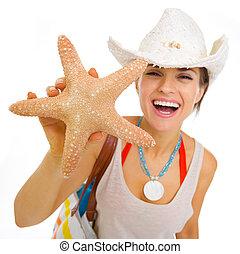 femme, etoile mer, plage, projection, jeune, chapeau, heureux