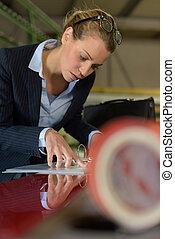femme, examiner, machine, industrie métallurgique, partie