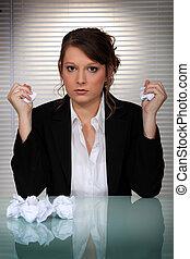 femme, fâché, balles, haut,  scrunching, papier