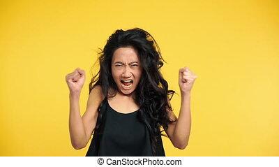 femme, fâché, bras haut, asiatique, émotif, crier