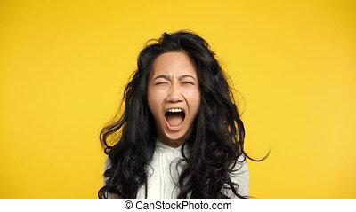 femme, fâché, jaune, asiatique, fond, crier