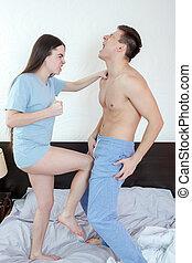 femme fâchée, dans, culotte, donner coup pied, à, jambe,...