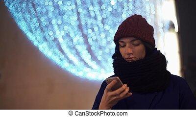 femme, fête, jeune, arrière-plan., éclairage, séduisant, nuit, utilisation, smartphone.