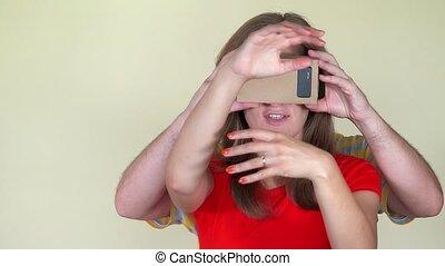 femme, face., réalité virtuelle, closeup, tenir verres, homme