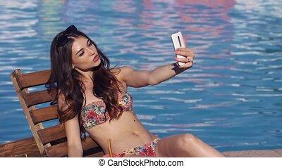 femme, faire, jeune, sexy, selfie, piscine, natation