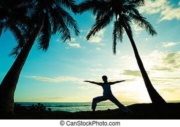 femme, faire, yoga, à, coucher soleil
