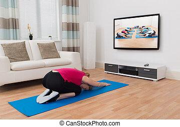 maison femme exercisme devant t l viseur femme jeune direct. Black Bedroom Furniture Sets. Home Design Ideas