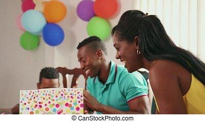 femme, famille, célébrer, anniversaire, enfant, maison, latino, homme