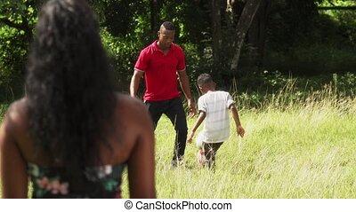 femme, famille, regarder, appareil photo, noir, portrait, heureux