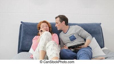 femme, famille, téléphone, couple, lit, conversation, chambre à coucher, appeler, homme, avoir, mensonge, heureux