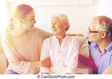 femme, famille, visiter, hôpital, personne agee, heureux