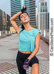 femme, fatigué, prendre, jeune, coupure, travailler-dehors, fitness, portrait