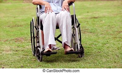 femme, fauteuil roulant, personne agee