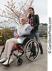 femme, fauteuil roulant, pousser, jeune, personnes agées, dame