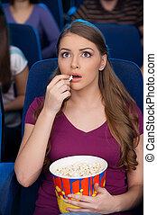femme, favori, regarder, pop-corn, mon, jeune, séance, il, film, cinéma, manger, moment., beau, quoique