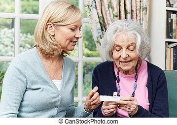 femme, femme, portion, médicament, voisin, personne agee