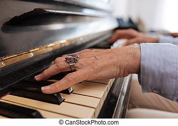 femme, femme, toucher, mûrir, mains, piano