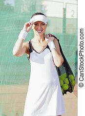 femme, femme, vertical, lotissements, positif, image, tennis, sac, maille, tenue, balls., heureux