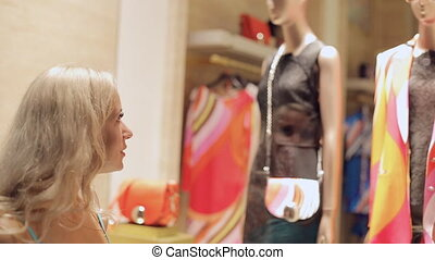 femme, fenetres, milan, regarde, admiringly, boutiques
