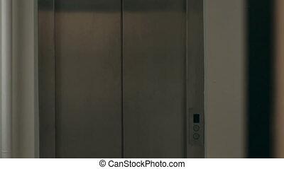 femme, fermé, conversation, téléphone., elevator., obtient