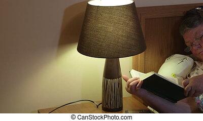 femme, fermé, plus vieux, lit, livre, lecture, nuit, somnoler, mensonge, avant