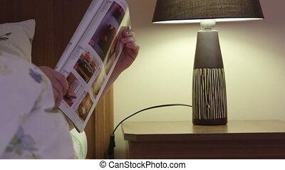 femme, fermé, virages, fini, lampe, lit, magazine, chambre à coucher, lecture