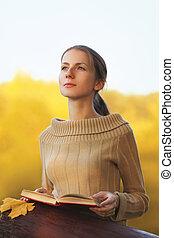 femme, feuille, ensoleillé, jeune, jaune, jour, automne, chaud, érable, dehors, portrait, livre, rêves