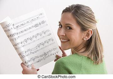 femme, feuille, jeune, musique, séduisant, tenue, sourire