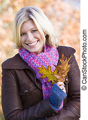 femme, feuilles, dehors, parc, possession main, focus), (selective, sourire