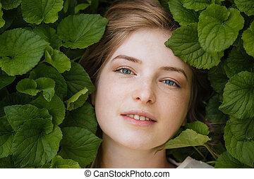 femme, feuilles, entouré, jeune, vert, séduisant, tendre