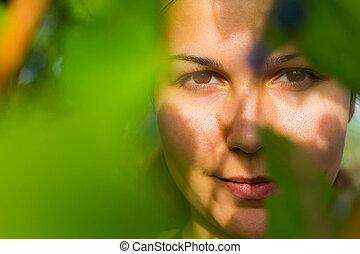 femme, feuilles, entre