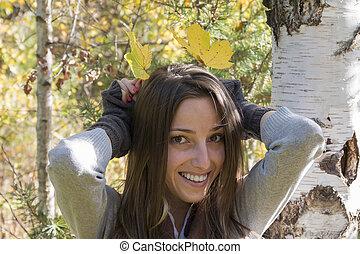 femme, feuilles, jeune, automne, amusement, avoir