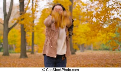 femme, feuilles, parc, automne, amusement, avoir, heureux