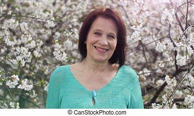 femme, fleurir, vieilli, arbre, sourire