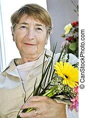 femme, fleurs, personnes agées