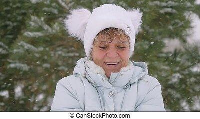 femme, flocons neige, lancement, parc, mouvement, vieilli, lent, mûrir, fun., a, hiver