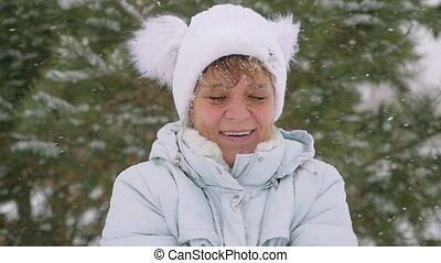 femme, flocons neige, lancement, parc, vieilli, mûrir, slowmotion, fun., a, 1920x1080, hiver